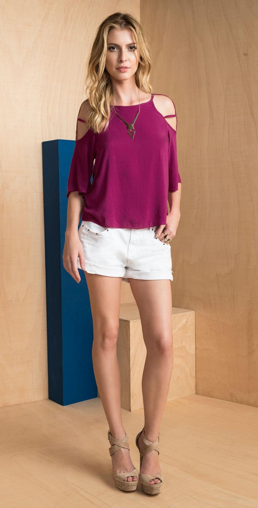 0e57dcab8 blusa manga curta com detalhe em tiras nos ombros vazados shorts sarja