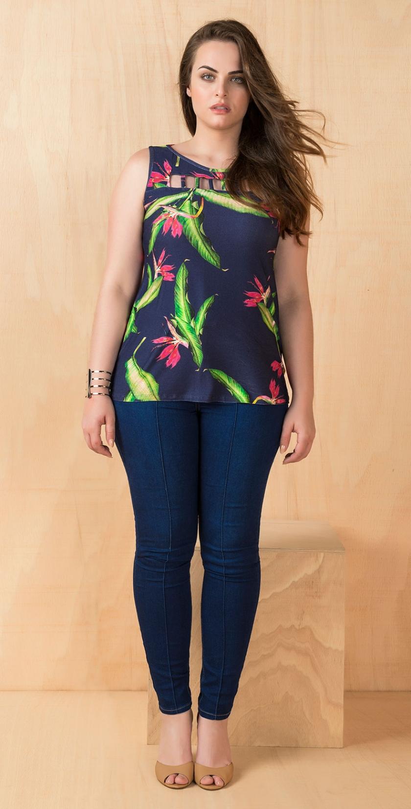 44f6bf6982ef blusa manga curta estampado botanico com detalhe de tule decote e calca  jeans skinny plus size